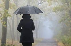 Deprimierte Frau mit rotem Regenschirm Lizenzfreies Stockbild
