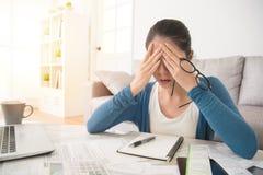 Deprimierte Frau nach der Prüfung von Rechnungen Stockbilder