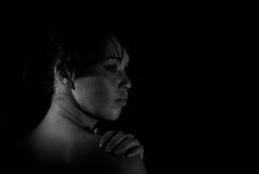 Deprimierte Frau in Schwarzweiss Stockfotos