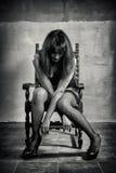 Deprimierte Frau sitzen Lizenzfreie Stockbilder