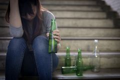 Deprimierte Frau sitzen herein unterirdisch Stockfotos