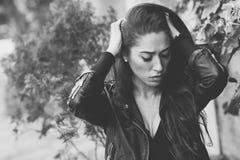 Deprimierte Frau tief im Gedanken draußen Stockbild