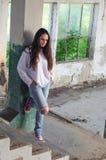 Deprimierte Frau in verlassenem Gebäude Stockbilder