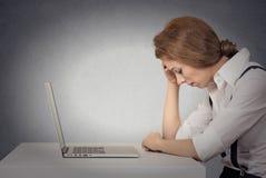 Deprimierte Frau vor Laptop Lizenzfreie Stockfotos
