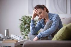 Deprimierte Frau zu Hause Stockbilder