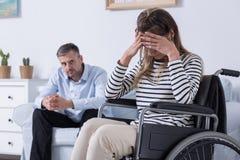 Deprimierte Frauen auf einem Rollstuhl Lizenzfreies Stockbild