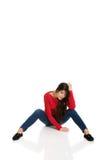 Deprimierte Frauen, die auf dem Boden sitzen Stockfoto
