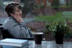 Deprimierte Frauen in einem Rollstuhl Lizenzfreie Stockfotografie