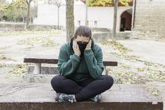 Deprimierte Frauenbank Lizenzfreie Stockfotos