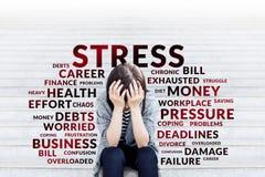 Deprimierte Geschäftsfrau, die auf Treppe sitzt Lizenzfreie Stockfotos