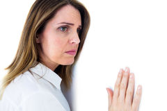 Deprimierte Geschäftsfrau, die an einer weißen Wand sich lehnt Lizenzfreie Stockfotos