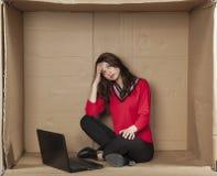 Deprimierte Geschäftsfrau, die im Büro sitzt Lizenzfreie Stockfotos