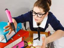 Deprimierte Geschäftsfrau, die am Schreibtisch sitzt Lizenzfreies Stockbild