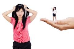 Deprimierte Geschäftsfrau gescholten von ihrem Chef Stockbilder