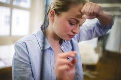 Deprimierte Geschäftsfrau gesehen durch Glas Lizenzfreies Stockfoto