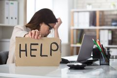 Deprimierte Geschäftsfrau Holding Help Sign Stockfoto