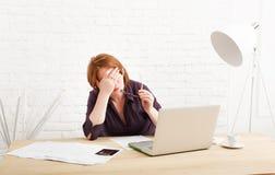 Deprimierte Geschäftsfrau in ihrem Büro Stockbilder