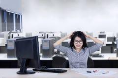 Deprimierte Geschäftsfrau im Büro Lizenzfreie Stockfotos
