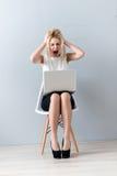 Deprimierte Geschäftsfrau leidet unter Druck und Enttäuschung Stockbilder