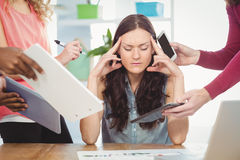 Deprimierte Geschäftsfrau mit den Augen geschlossen Lizenzfreie Stockbilder