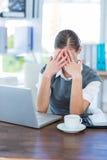 Deprimierte Geschäftsfrau mit den Händen auf Kopf Lizenzfreie Stockbilder