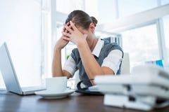 Deprimierte Geschäftsfrau mit den Händen auf Kopf Lizenzfreies Stockbild