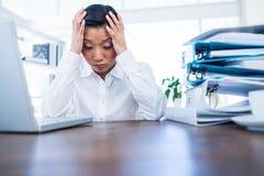 Deprimierte Geschäftsfrau mit den Händen auf Kopf Lizenzfreie Stockfotografie