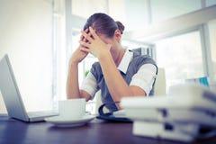 Deprimierte Geschäftsfrau mit den Händen auf Kopf Stockbild