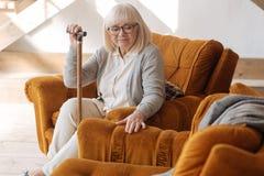 Deprimierte Greisin, die über ihren Ehemann sich Sorgen macht Lizenzfreies Stockbild