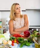 Deprimierte Hausfrau, die sich zuhause blau fühlt Lizenzfreies Stockfoto