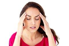 Deprimierte hispanische Frau, die Kopfschmerzen hat Lizenzfreie Stockfotografie