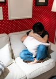 Deprimierte ihr Gesicht mit Kissen bedeckende und schreiende Frau Lizenzfreie Stockfotografie