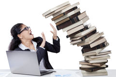 Deprimierte indische Arbeitskraft mit Büchern Lizenzfreies Stockfoto