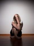 Deprimierte junge einsame Frau Stockfotos