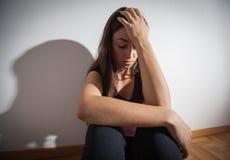 Deprimierte junge Frau Stockfotografie