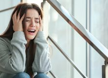 Deprimierte junge Frau Stockbilder