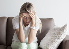 Deprimierte junge Frau Lizenzfreie Stockfotografie