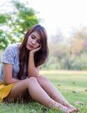Deprimierte junge Frau, die allein sitzt Lizenzfreies Stockbild