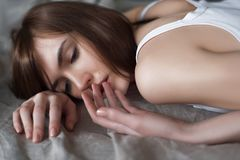 Deprimierte junge Frau, die auf dem Boden liegt Stockfotos