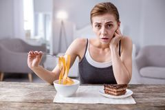 Deprimierte junge Frau, die auf Diät ist Lizenzfreie Stockfotografie