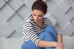 Deprimierte junge Frau, die an das Leben denkt Lizenzfreies Stockfoto