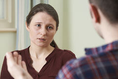 Deprimierte junge Frau, die mit Ratsmitglied spricht Stockfotos