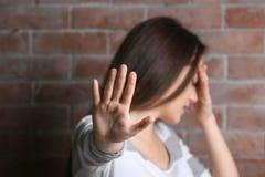 Deprimierte junge Frau mit dem ausgestreckten Arm Lizenzfreie Stockfotos