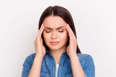 Deprimierte junge Frau mit rührendem Kopf der schrecklichen Kopfschmerzen mit Stockfotografie