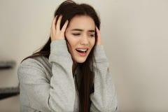 Deprimierte junge Frau zuhause Stockfotos