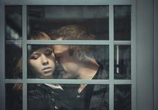 Deprimierte junge Paare, die nah an einander stehen Stockfotografie