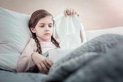 Deprimierte kleine weibliche nehmende Serviette Stockfotos