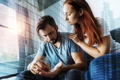 Deprimierte männliche Person, die geht, Pillen einzunehmen Stockfoto