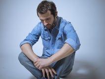 Deprimierte Mannatelieraufnahme Lizenzfreie Stockbilder