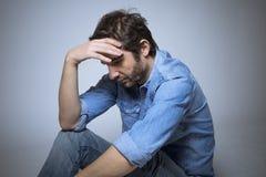 Deprimierte Mannatelieraufnahme Stockbilder